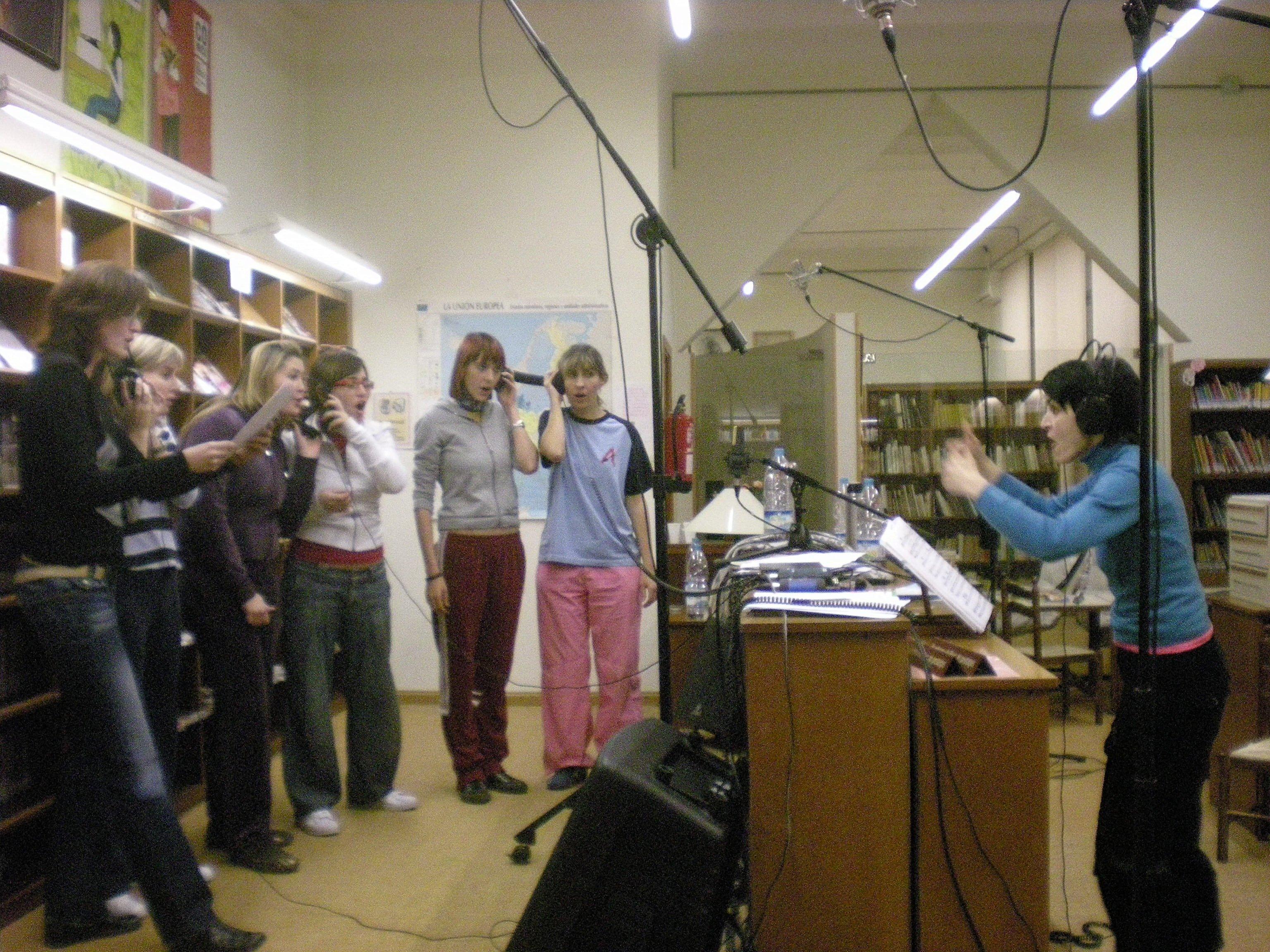 Foto durant la gravació del CD de la Coral Ginestell a la biblioteca Josep Lladonosa d'Alguaire