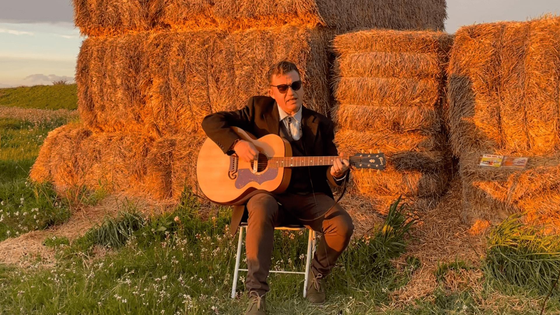David Esterri canta dues cançons durant l'entrevista